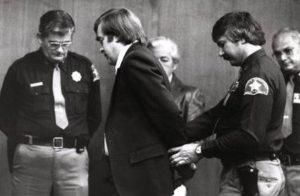Серийный убийца Ричард Коттингем во время суда.