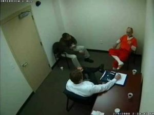 Серийный убийцаГэри Хилтон во время допроса.
