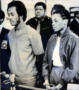 Маньяки Элтон Коулман и Дебра Браун в сопровождении полицейских.
