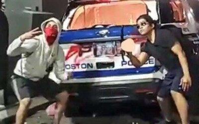 Скандалы и криминал: Полиция сообщила, что они взяли под стражу 15-летнего подростка, позирующего перед сгоревшим полицейским автомобилем