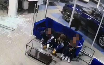 Криминальные новости: Храбрый отец был ранен в бедро, защищая своих троих детей от пуль в салоне подержанных автомобилей