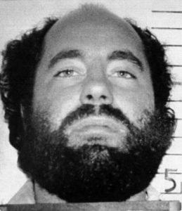 Бородатый мужчина - маньяк Леонард Лейк.