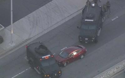 Криминальные новости: Полицейским в Калифорнии пришлось пуститься в погоню за нарушительницей, врезавшейся в их авто