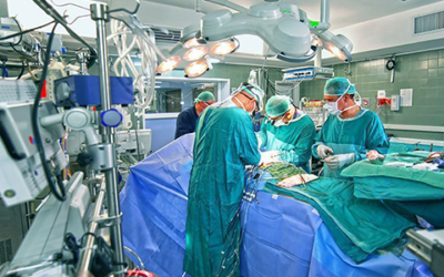 Скандалы и криминал: В Сакраменто хирург выступил на судебных слушаниях в режиме онлайн прямо из операционной