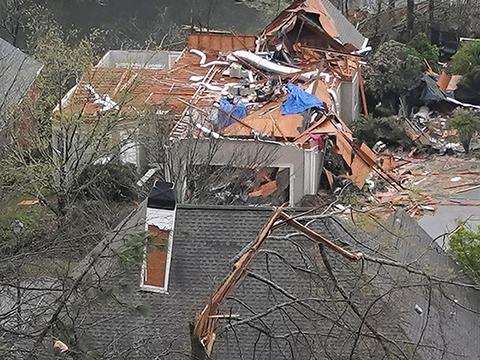 Скандалы и криминал: По меньшей мере пять человек погибли в результате торнадо