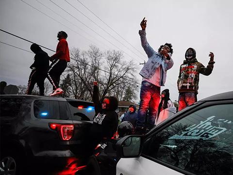 Скандалы и криминал: После убийства 20-летнего афроамериканца, мэр Миннеаполиса объявил о введении режима ЧП