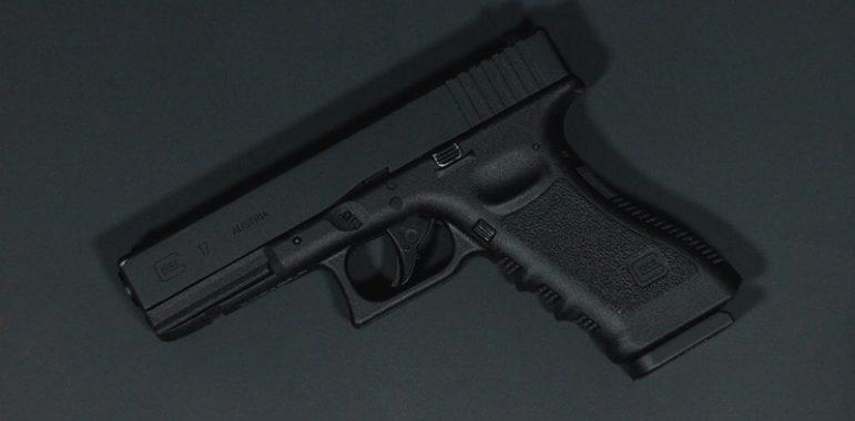 Криминальные новости: Продажу оружия прямо на входе в коммерческое здание, наладил 51-летний Роберто Кармона