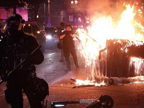 Криминальные новости: Массовыми беспорядками, которые сопровождались актами вандализма и стычками с полицией, завершилась в Портленде