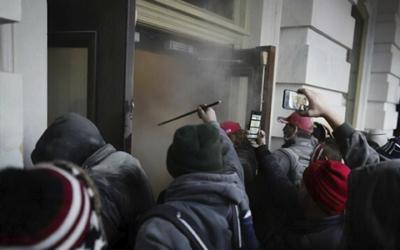 Скандалы и криминал: Новое шокирующее видео штурма Капитолия опубликовал Минюст США