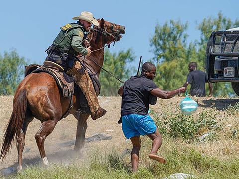 Скандалы и криминал: Американские пограничники на конях кнутом отгоняют мигрантов из Гаити на границе с Мексикой